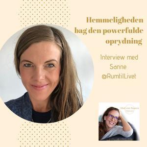 Kvinde smiler med gul baggrund- podcast om oprydning
